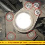 2. Затем открутите болты правой опоры мотора, снимите ее