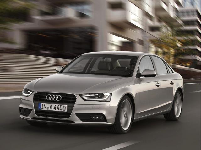 Автомобиль Audi серебристого цвета