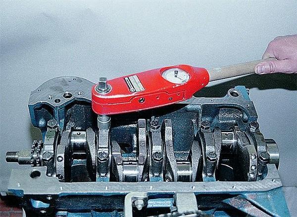 Затягиваем динамоключом на автомобиле ВАЗ 2106 болты