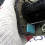 3 poddente kryshku inertsionnogo mehanizma otvertkoj 150x150 - Устройство катушки ремня безопасности