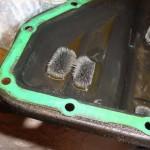 3. А это - металлическая стружка на магнитах. Поддон следует тщательно вымыть, чтобы продукты износа не попали в систему с новым ТМ.