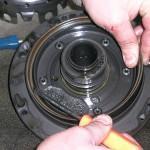 2. Оцените визуально состояние прокладки насоса - при необходимости ее следует поменять.