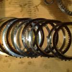 6. Извлеките стопорные кольца и фрикционы, поменяйте их при необходимости.