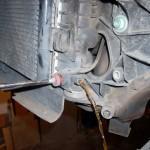 2. Выкрутите сливную пробку и подставьте под нее емкость.