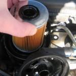 4. Извлеките забитый компонент, обернув его в ветошь и подставив емкость, чтобы не разлить топливо.