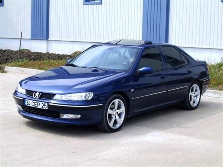 Автомобиль Peugeout 406 в синем цвете