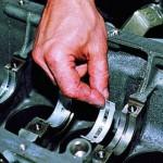 Со снятого коленвала демонтируйте отработавший ресурс вкладыш.