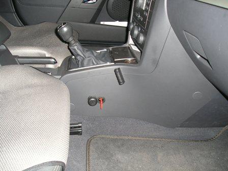 Замочная скважина блокиратора с ключом на торцевой части консоли