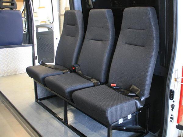 Двухточечные ремешки безопасности на заднем сидении