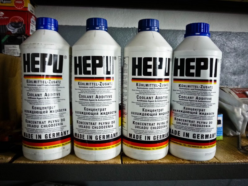 Четыре литровых бутылки синего концентрата Hepu