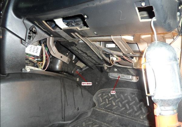 Открутите винт и демонтируйте систему управления двигателем