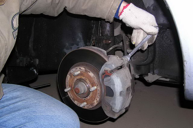 Сняв колесо, выкрутите винт крепления детали.