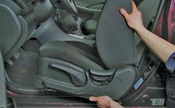 Демонтируйте сиденье, выкрутив болты и фиксаторы.