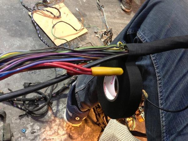 Уложите провода.