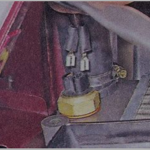 Отсоедините минусовую клемму АКБ и отключите провода датчика.