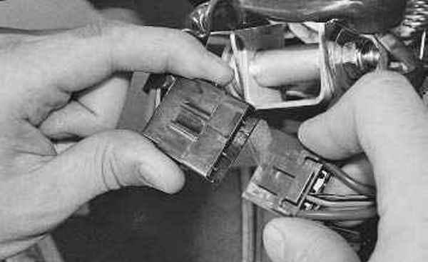 Разъедините колодки кабелей замка зажигания.