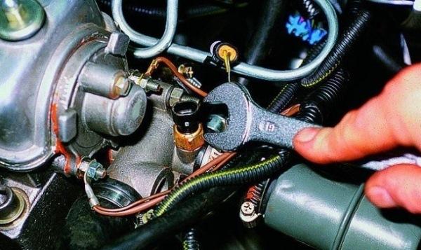 Выкрутите регулятор гаечным ключом.