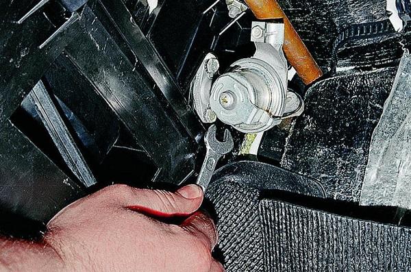 Демонтаж краника отопителя