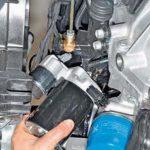 Демонтируйте стартерный узел с автомобиля.