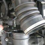 Отсоедините патрубок, соединяющий дроссель и воздушный фильтр.