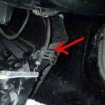Отсоедините трос привода и демонтируйте кран, после чего замените его на новый.