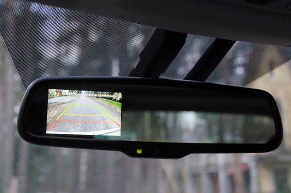 Демонстрация изображения камеры заднего вида на мониторе зеркала
