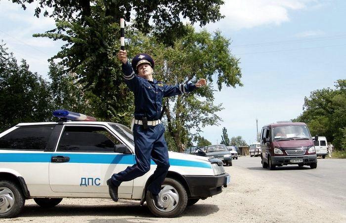 Инспектор счастлив, поскольку думает, что водители перестали превышать скорость