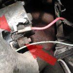 Открутите токопроводящий кабель, отмеченный верхней стрелкой.