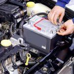 Отсоедините клеммы и снимите батарею с машины.