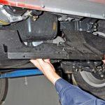 Открутив саморезы, демонтируйте передний брызговик.