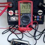 Подключите батарею к ЗУ у и зарядите ее по инструкции.