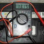 Замер напряжения батареи с помощью мультиметра