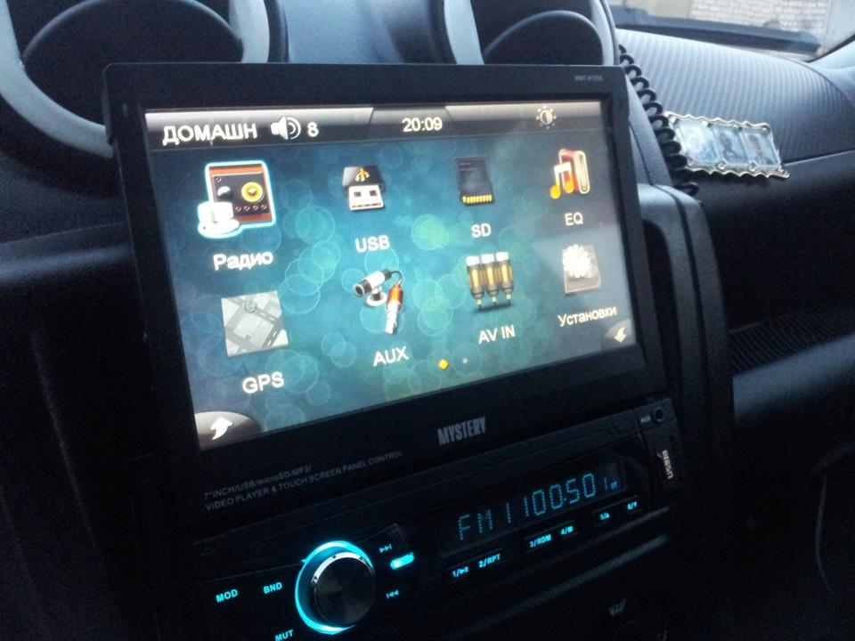 Установленная в автомобиле магнитола с выдвижным дисплеем