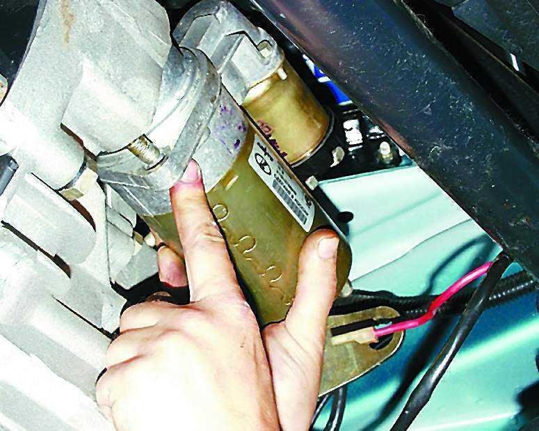 Демонтаж стартера в моторном отсеке