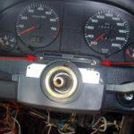 Отсоедините контакты и снимите рулевое колесо.