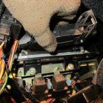 Отсоедините металлическую защелку, которая фиксирует планку модуля.