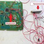 Подключенный к микроплате программатор
