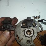 Разобранная для ремонта крышка трамблера