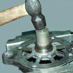 Выпрессовка переднего подшипника с помощью молотка