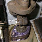 Выкрутите болт, который фиксирует рулевую рейку.