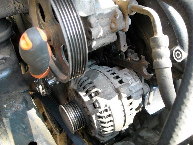 Внутренности автомобиля под капотом