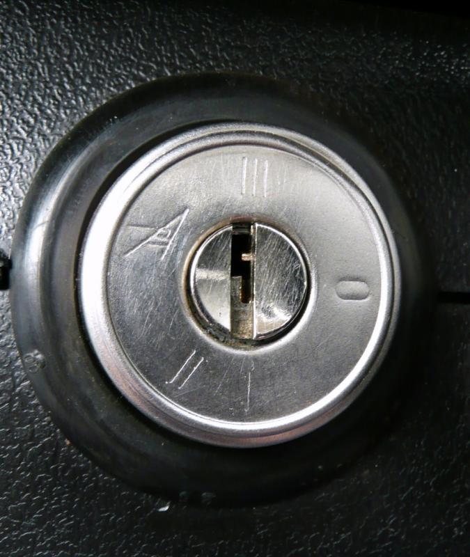 Как снять замок зажигания на автомобиле ВАЗ-2107 и самостоятельно произвести его замену?