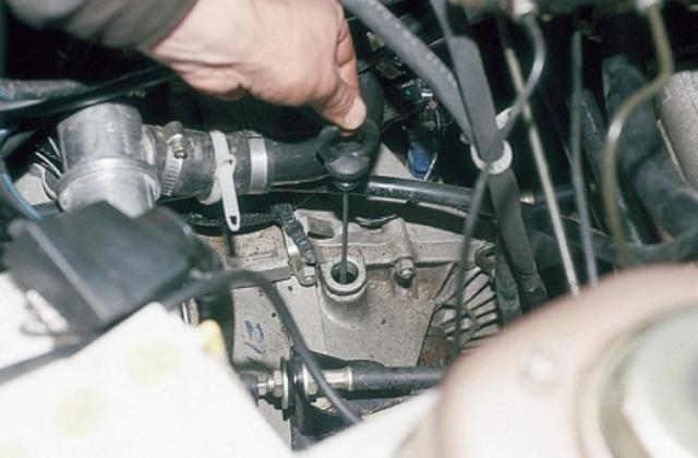 Фото проверки уровня MTF КПП ВАЗ 2110