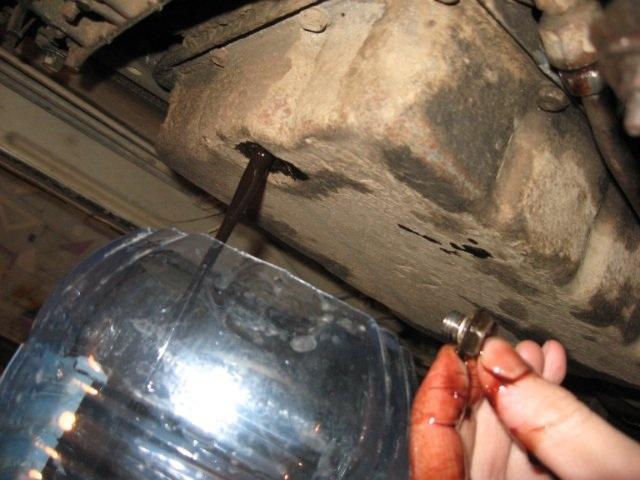 Фото стекающей в тару отработанной трансмиссионной жидкости