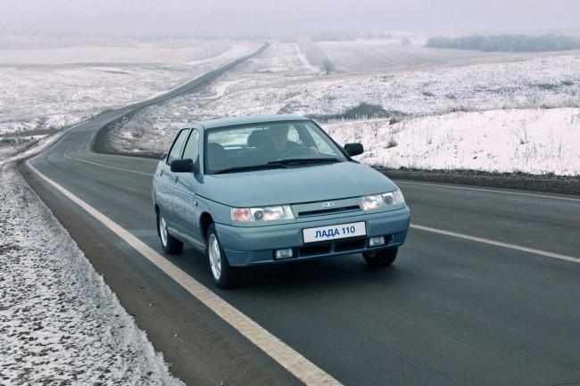 Автомобиль ВАЗ 2110 на дороге