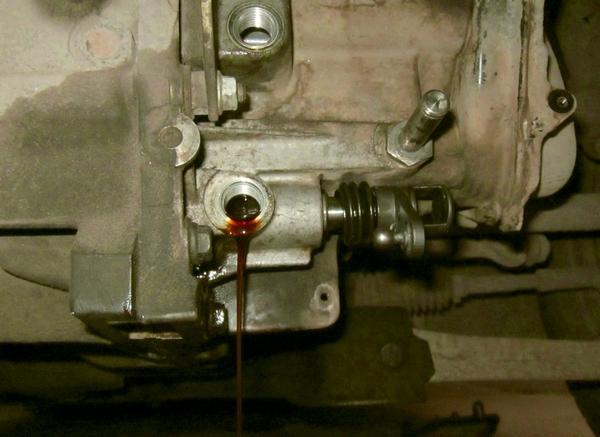 Фото вытекающая жидкость из заливного отверстия КПП