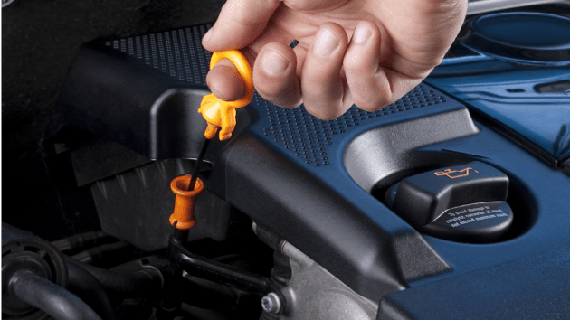 Проверка уровня ММ по щупу в моторе автомобиля