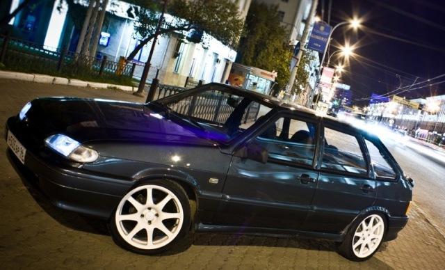 Черный ВАЗ 2114 на ночной улице