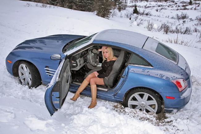 Застрявшая в снегу машина