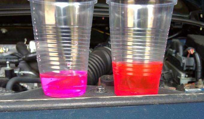 Яркий цвет и отсутствие осадка - признаки того, что разбавленный простой водой антифриз пригоден для использования